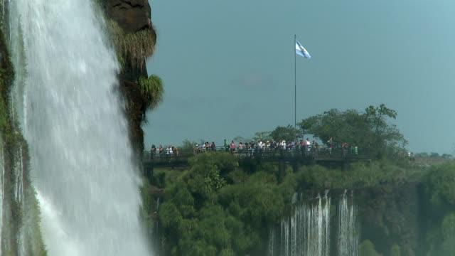 vídeos y material grabado en eventos de stock de ws slo mo people watching iguacu waterfall / iguazu, argentina - bandera argentina