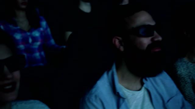 vidéos et rushes de personnes de regarder un film au cinéma - lunettes de vue