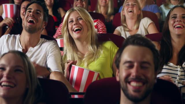 vídeos de stock, filmes e b-roll de pessoas assistindo filme - sexo feminino