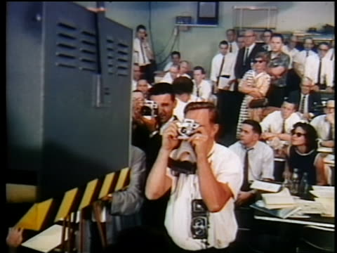 vídeos y material grabado en eventos de stock de 1962 people watching photographing first satellite broadcast / documentary - 1962