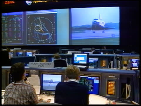 people watching space shuttle landing on screen at johnson space center / sts-79 - スペースシャトル点の映像素材/bロール