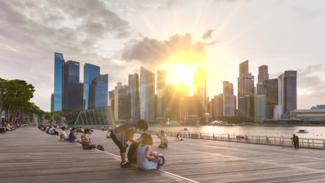 vídeos y material grabado en eventos de stock de tl ws people watching sunset over marina bay and singapore skyline - intercambiar