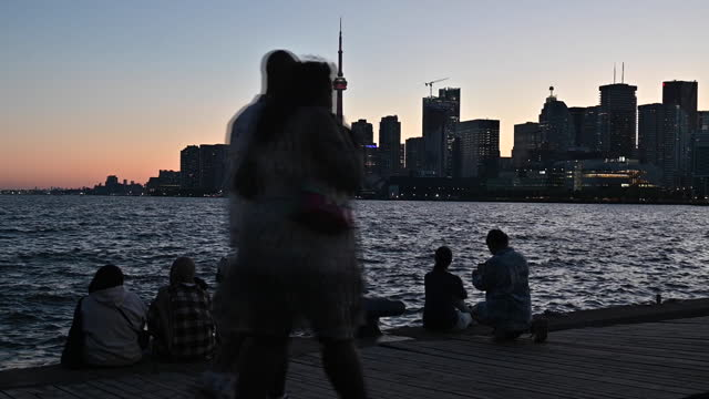 vidéos et rushes de people watching sunset over toronto as ontario reopens, in toronto, ontario, canada on saturday, june 19, 2021. ontario is now allowing limited... - non urban scene