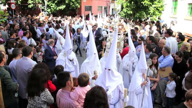 vídeos y material grabado en eventos de stock de people watching the hooded nazarenos parade during the celebration of semana santa a holy week in malaga spain, europe - semana santa