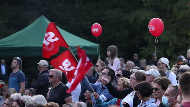 vídeos de stock, filmes e b-roll de people wave spd flags at they listen to olaf scholz, chancellor candidate of the german social democrats , speak at an election campaign rally on... - partido político