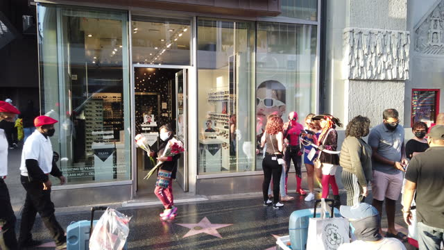 vídeos de stock e filmes b-roll de people wearing face mask visit the hollywood boulevard in los angeles amid the covid-19 pandemic. - passeio da fama de hollywood