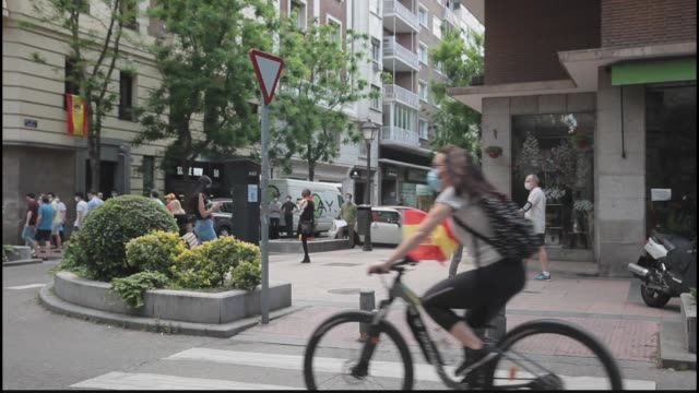 vídeos y material grabado en eventos de stock de madrid spain may 19 people wearing masks and making banging sounds march and cycle in protest against the spanish government's management of the... - salamanca