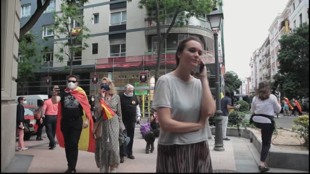 vídeos y material grabado en eventos de stock de madrid spain may 19 people wearing masks and making banging sounds protest against the spanish government's management of the covid19 pandemic on... - salamanca