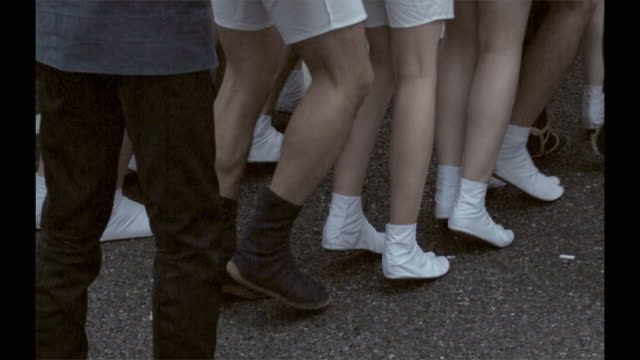 slo mo cu people wearing shorts and tabi socks at kanda matsuri (shinto festival), low section, tokyo, japan - 伝統的な祭り点の映像素材/bロール