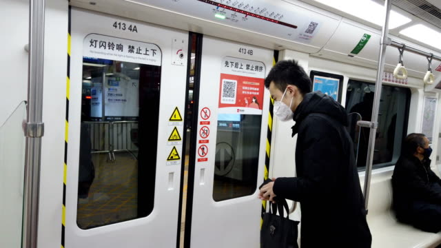 people with face mask protection in metro station,xi'an,china. - 感染症点の映像素材/bロール