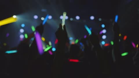 vídeos de stock, filmes e b-roll de pessoas com glowsticks - discoteca