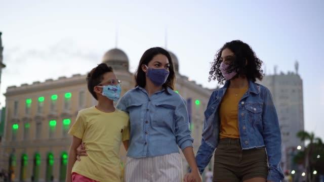 vídeos de stock, filmes e b-roll de pessoas com máscara respiratória n95 ao ar livre - viagem