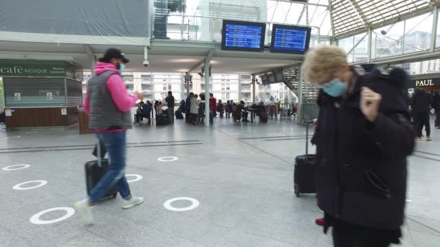 vídeos y material grabado en eventos de stock de pov of people with protective masks in a station hall - perspectiva de alguien andando