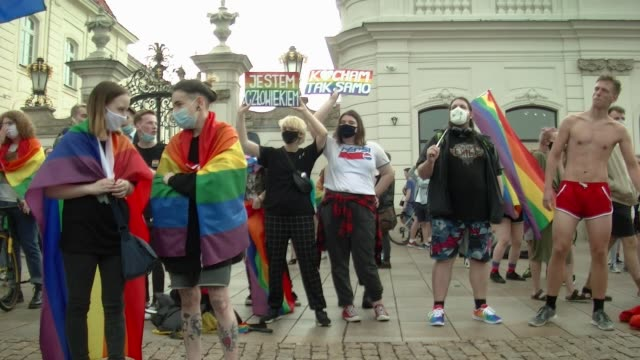vídeos y material grabado en eventos de stock de people with rainbow flag taking part in a demonstration in front of the presidential palace in warsaw, june 21, 2020 - polonia