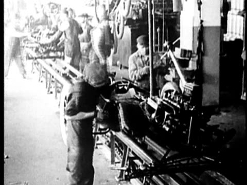 b/w, montage, people working at car assembly line in factory, 1900's, detroit, michigan, usa - モノクロ点の映像素材/bロール