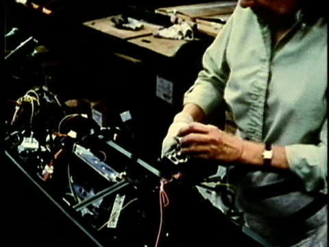 vídeos de stock, filmes e b-roll de cu, montage, people working at car assembly line in factory, 1960's, detroit, michigan, usa - 1960 1969