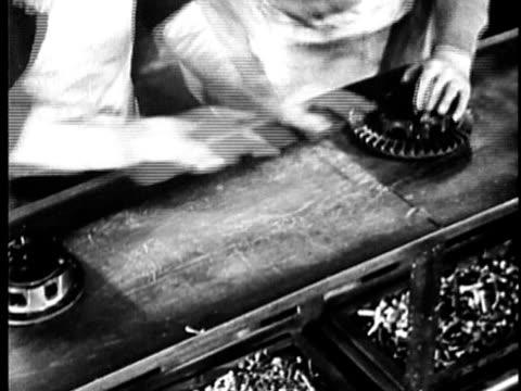 vidéos et rushes de b/w, cu, people working at car assembly line in factory, mid section, 1900's, detroit, michigan, usa - chaîne de production