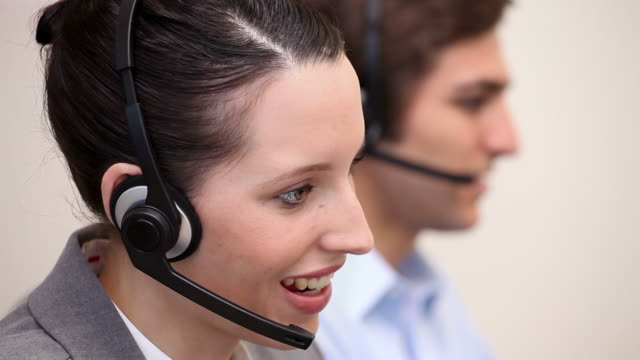 people working in a call center - mitarbeiterengagement stock-videos und b-roll-filmmaterial