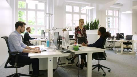 vidéos et rushes de personnes travaillant dans un bureau de démarrage - bureau lieu de travail
