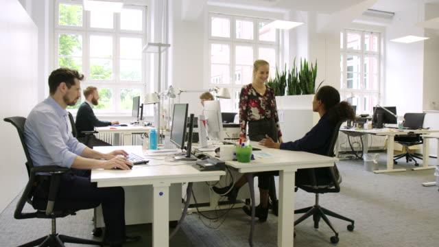 vidéos et rushes de personnes travaillant dans un bureau de démarrage - lieu de travail