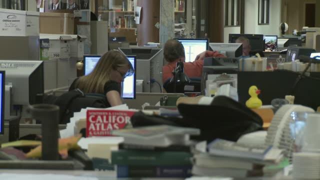 vídeos y material grabado en eventos de stock de ms people working in front of computers in office, san francisco, california, usa / audio - journalist