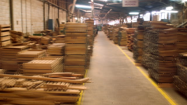 ms, ds, t/l, people working in furniture factory - kamerafahrt mit dolly stock-videos und b-roll-filmmaterial