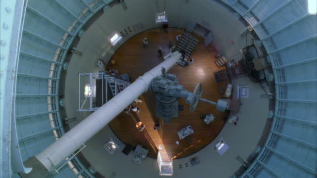 ws people working in large observatory - optisches gerät stock-videos und b-roll-filmmaterial