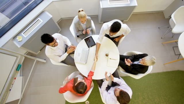 オフィスで働く人々 - コミュニケーション点の映像素材/bロール