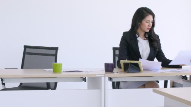 vidéos et rushes de personnes qui travaillent au bureau - engagement des employés