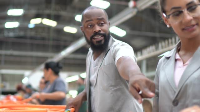 people working in production line in a industry - addetto alla manutenzione video stock e b–roll