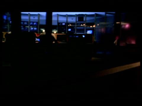 vídeos de stock, filmes e b-roll de ms, pan, people working  in television control room at night, rear view - estúdio de televisão