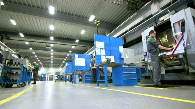 ds people working in the factory - produktionslinjearbetare bildbanksvideor och videomaterial från bakom kulisserna