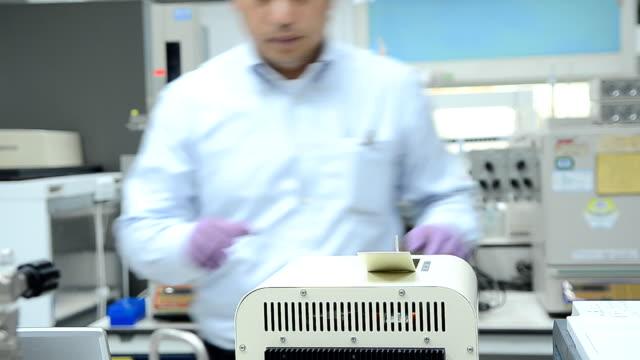 vídeos de stock, filmes e b-roll de pessoas trabalhando no laboratório - artigos de vidro de laboratório