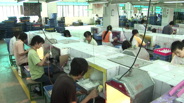 ws, ha, pan, people working in toy factory, dongguan city, china - fließband stock-videos und b-roll-filmmaterial