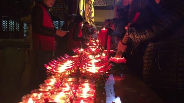 vidéos et rushes de people worship buddha on january 27, 2017 in hefei, china. - fidèle religieux