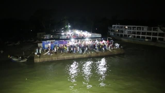 vídeos y material grabado en eventos de stock de peoples crowded on launch to return capital city dhaka after eid vacation to coastal area of bangladesh - embarcación de pasajeros