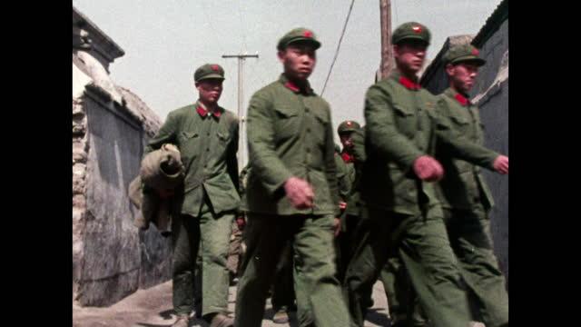 vídeos y material grabado en eventos de stock de people's liberation army soldiers walking in beijing street; 1973 - hutong