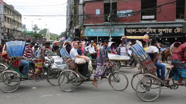 peoples life in populated city in dhaka bangladesh on july 18 2018 - ein tag im leben stock-videos und b-roll-filmmaterial