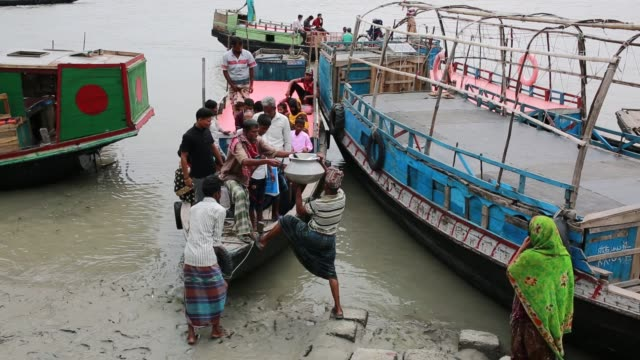 people's lifestyle inside sundarban at satkhira bangladesh on april 10 2018 the sundarbans which means 'beautiful jungle' in bengali is the world's... - en dag i livet bildbanksvideor och videomaterial från bakom kulisserna