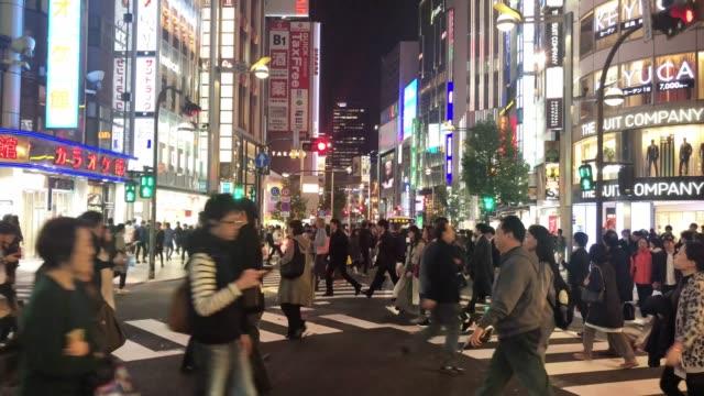 夜の新宿エリアでの買い物 - 商業地域点の映像素材/bロール