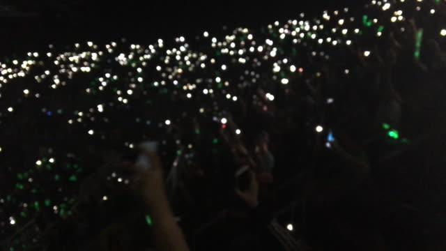 Völker zeigen Licht vom Smartphone im Konzertsaal