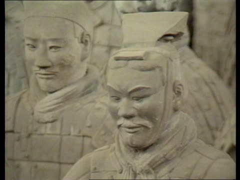 the queen in china; 'a people's welcome': the queen in china; **music heard sot** close shots terracotta warriors in hanger ext men dressed as... - terrakotta armee stock-videos und b-roll-filmmaterial