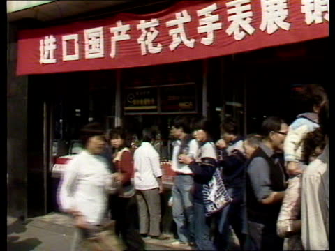 'a people's welcome' the queen in china 'a people's welcome' the queen in china people in streets shops selling luxery goods woman window shopping... - abakus bildbanksvideor och videomaterial från bakom kulisserna