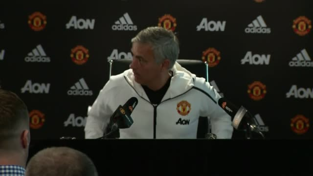 vídeos de stock e filmes b-roll de pep guardiola and jose mourinho rivalry; jose mourinho along into manchester united press conference close-up laptop at press conference jose... - conferência de imprensa