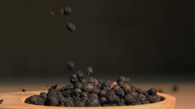 vídeos de stock e filmes b-roll de peppercorns falling in super slow motion - pimenta do reino