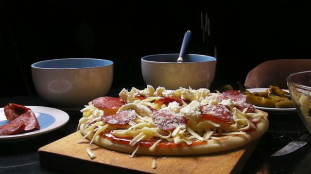 pizza alla salsiccia piccante - parmigiano video stock e b–roll