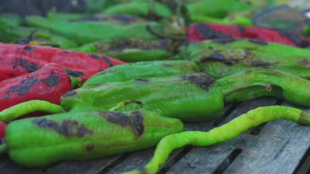 vídeos de stock e filmes b-roll de peppers are cooking on coals in grill - pimentão
