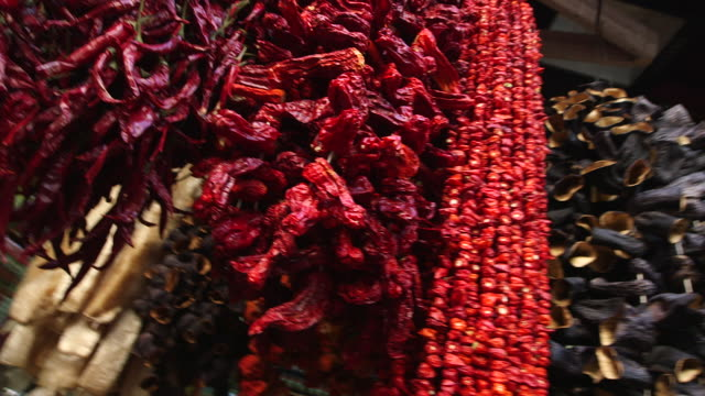 peppers hanging in spice market - wiese stock videos & royalty-free footage