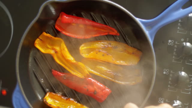 peppers overhead - fettgebraten stock-videos und b-roll-filmmaterial