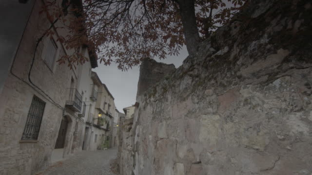 vídeos de stock, filmes e b-roll de pequeña calle empedrada de villa - exposto ao tempo